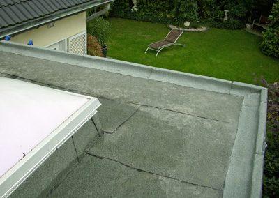 Dachrandverbreiterung: Aufbau mit Latten, PU-Keil u. Schleppstreifen. Anschließende Eindichtung mit 2 Lagen Bitumenschweißbahn